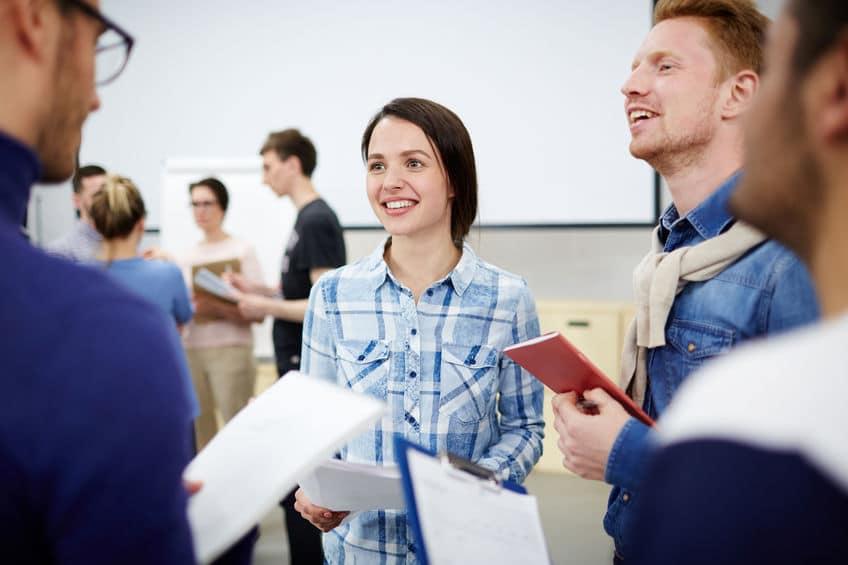 Bankfachwirtstudenten der Akademie für Bankfachwirte im Gespräch